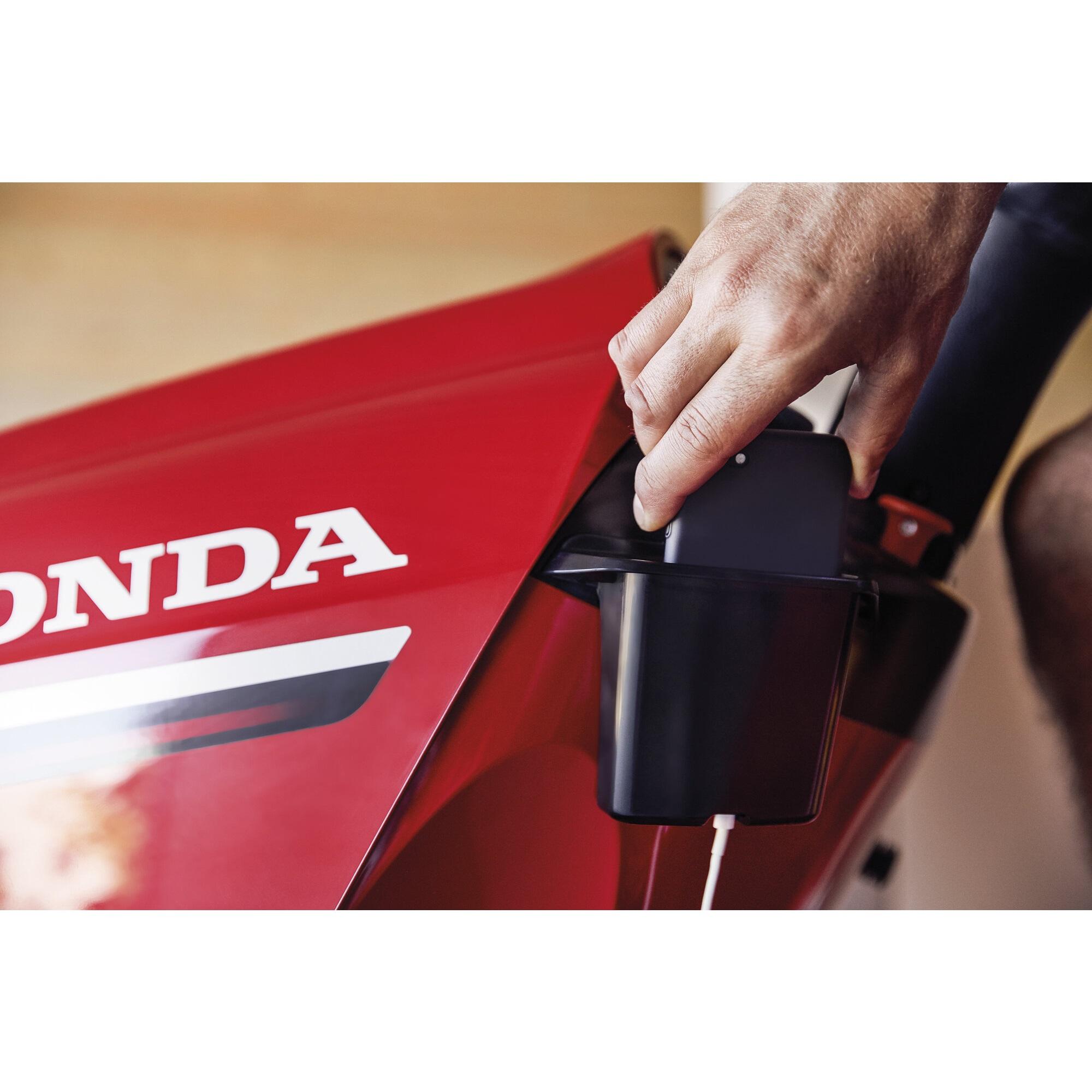 Honda  HF 2417 K5 HTE zahradní traktor s podpůrným ventilátorem pro lepší sběr Honda H718768 L-11